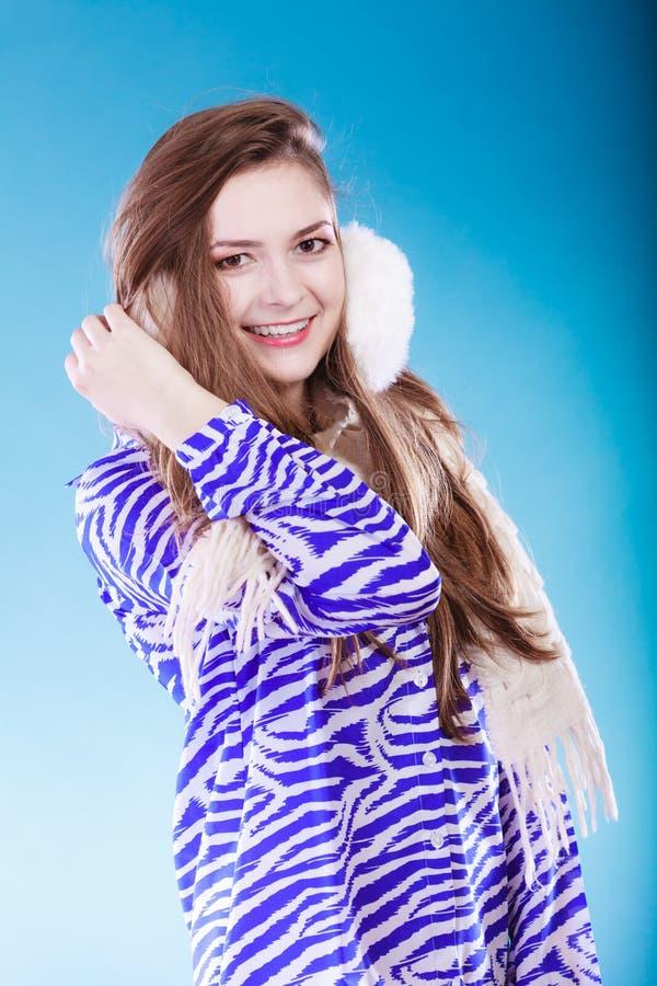Молодая женщина в wintertime стоковые изображения