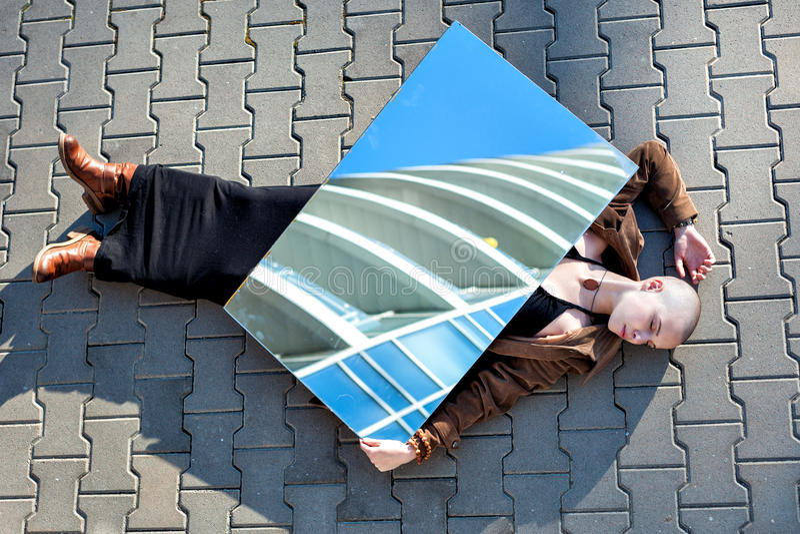 Молодая женщина лежа на дороге стоковое изображение rf