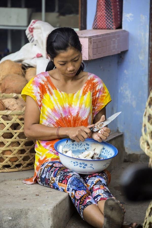 молодая женщина, деревня Toyopakeh, Nusa Penida 21-ое июня Индонезия 2015 стоковое фото rf