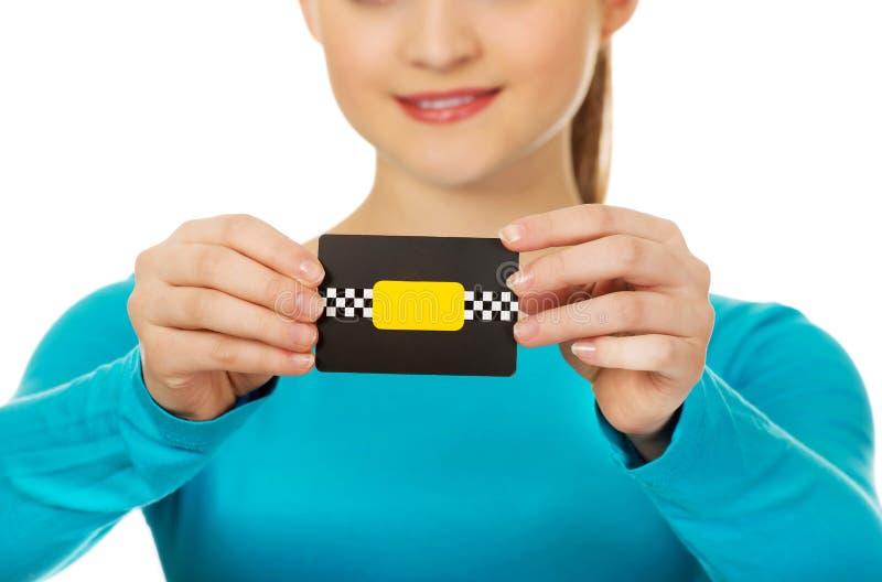 Молодая женщина держа бумажную карточку стоковые фотографии rf