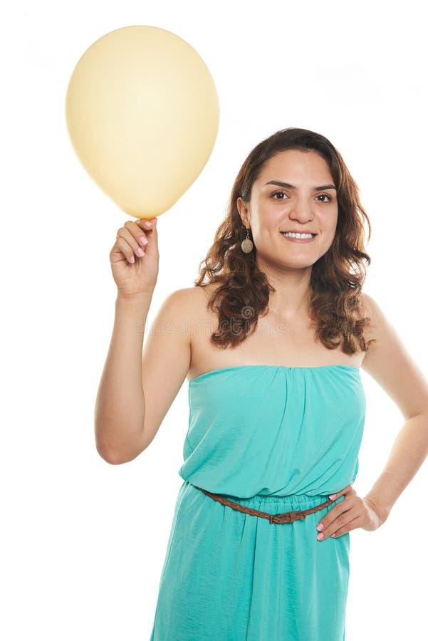 Молодая женщина держа воздушный шар стоковая фотография
