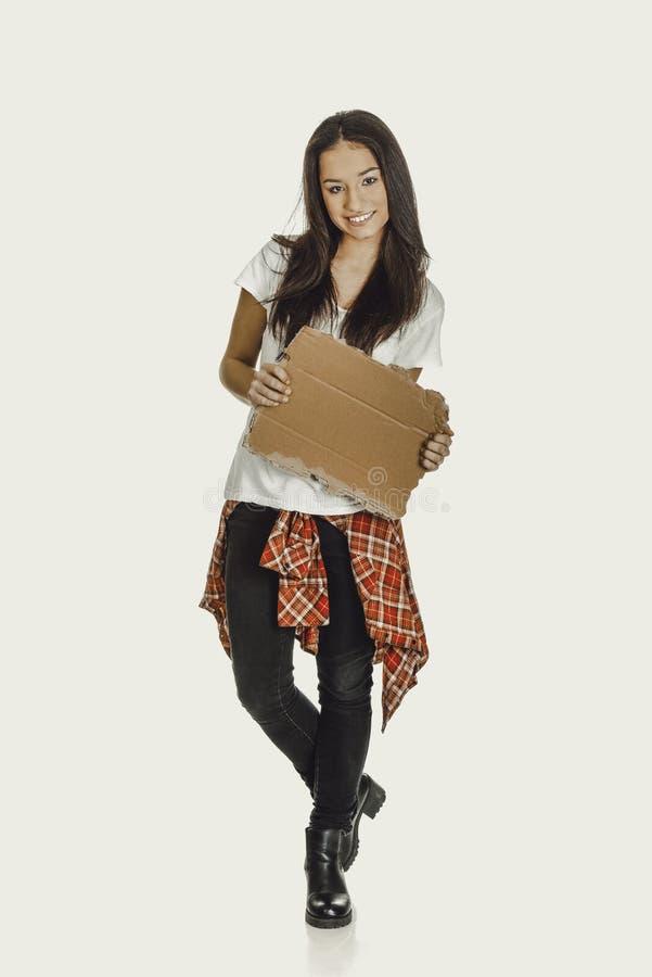 Молодая женщина держа картон стоковое фото