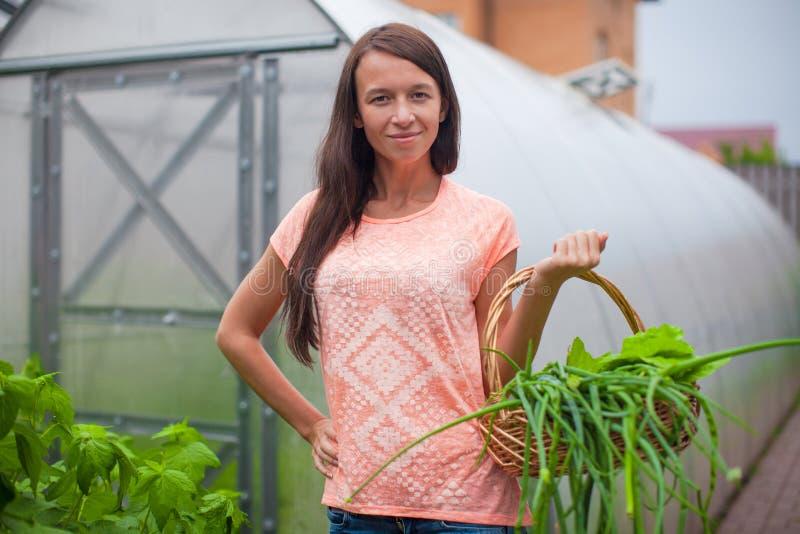 Download Молодая женщина держа корзину растительности и лука Стоковое Изображение - изображение насчитывающей еда, хуторянин: 40586355