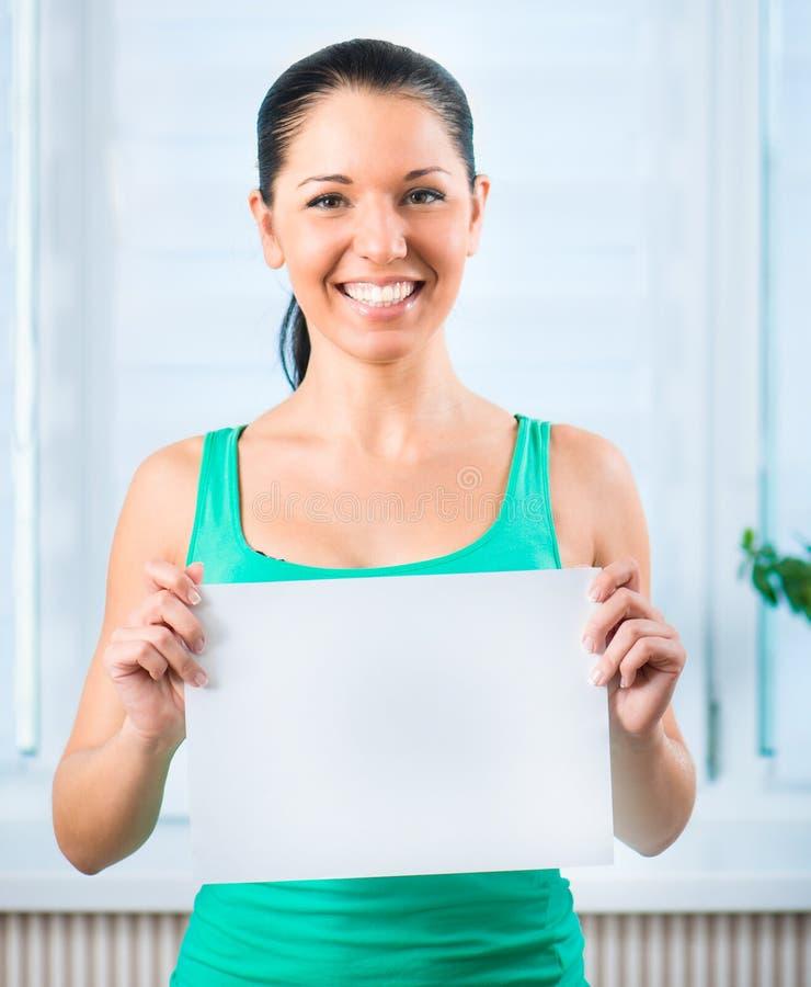 Молодая женщина держа пробел стоковая фотография