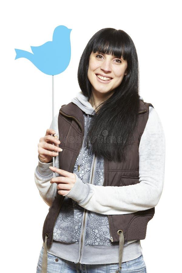 Молодая женщина держа социальный усмехаться знака средств массовой информации стоковое изображение rf