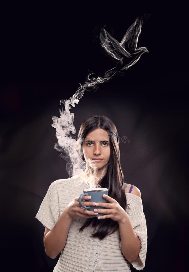 Молодая женщина держа чашку стоковое изображение rf