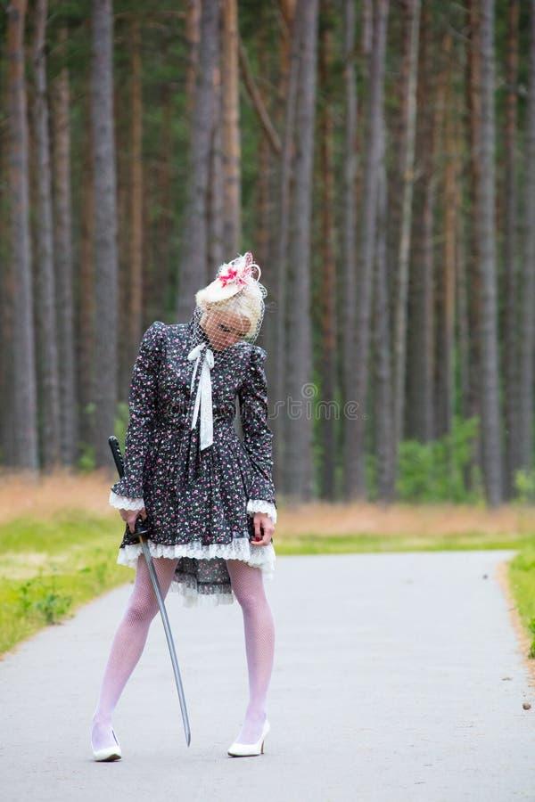 Молодая женщина держит katana в руке стоковые фото