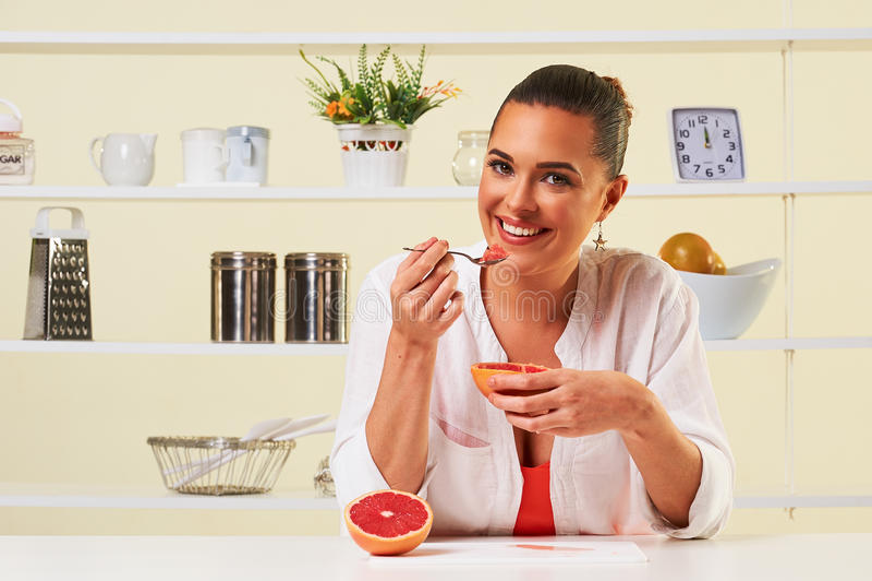 Молодая женщина есть обед диеты виноградины плодоовощ закуски здоровый стоковые изображения