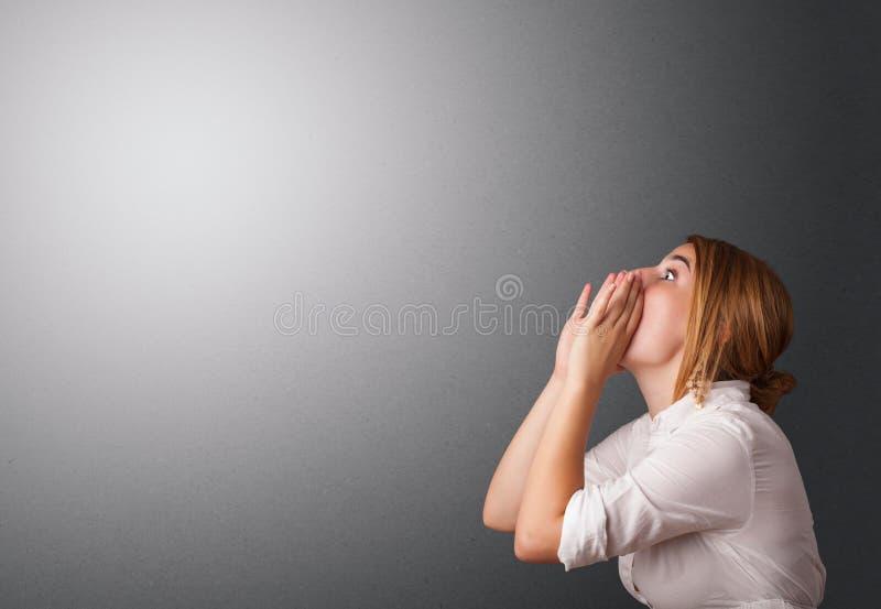 Молодая женщина делая жесты стоковые изображения rf