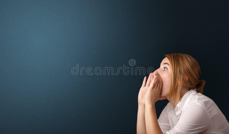 Молодая женщина делая жесты стоковое изображение rf