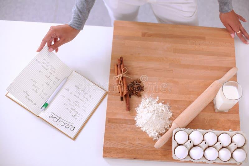 Молодая женщина делая печенья в кухне стоковые фотографии rf