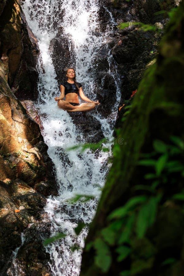 Download Молодая женщина делая размышлять в положении лотоса Стоковое Изображение - изображение насчитывающей утес, мирно: 37930267