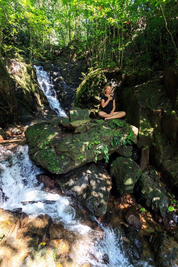 Download Молодая женщина делая размышлять Стоковое Изображение - изображение насчитывающей духовность, сработанность: 37929421