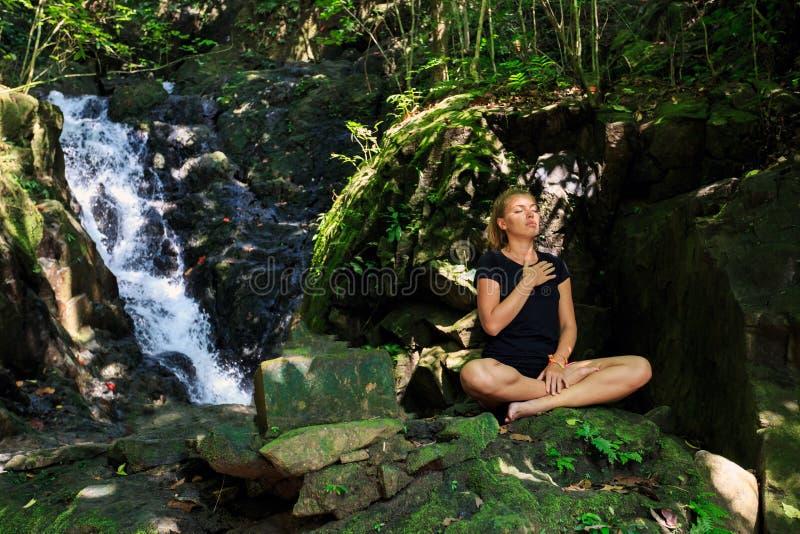 Download Молодая женщина делая размышлять Стоковое Фото - изображение насчитывающей привлекательностей, счастье: 37929606