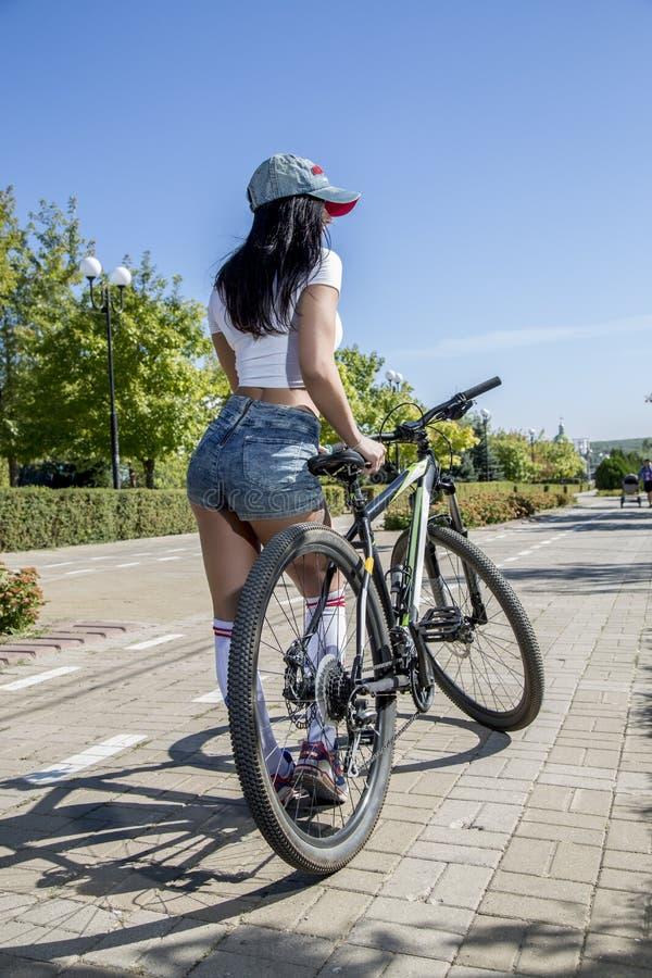 Молодая женщина делая спорт на велосипеде стоковые фотографии rf