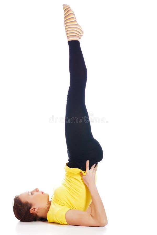 Молодая женщина делая тренировку йоги стоковая фотография