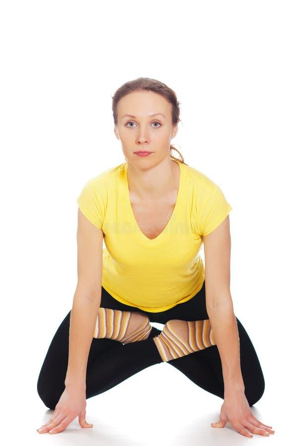 Молодая женщина делая тренировку йоги стоковое изображение