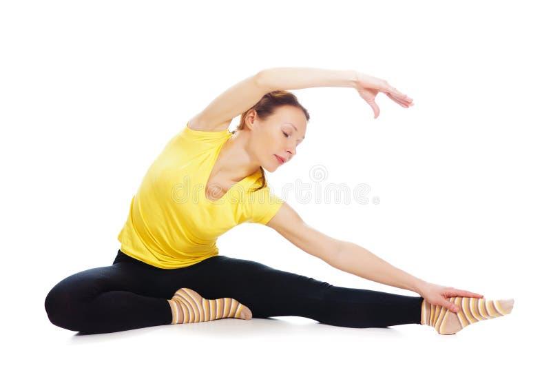 Молодая женщина делая тренировку йоги стоковые изображения