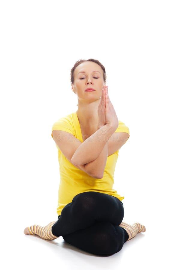 Молодая женщина делая тренировку йоги стоковые фото