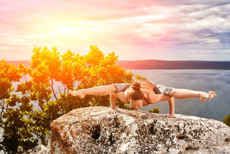 Молодая женщина делая фитнес йоги работает внешнее в ландшафте реки стоковое изображение