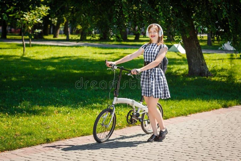 Молодая женщина едет велосипед в парке стоковые изображения