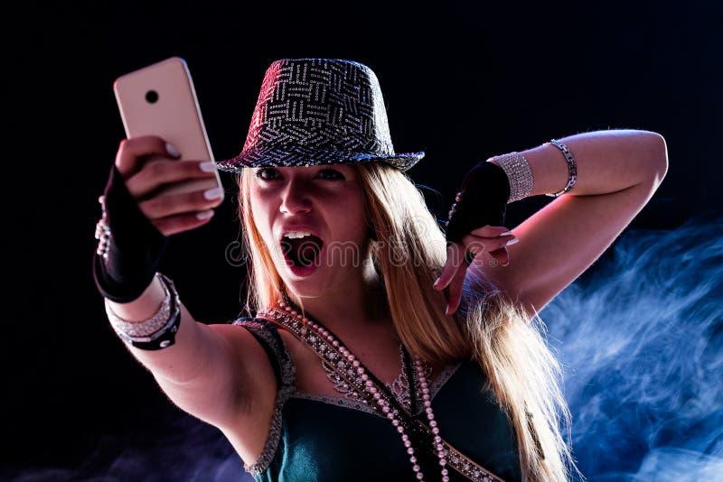 Молодая женщина живя событие в реальном маштабе времени онлайн стоковое изображение rf