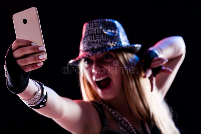 Молодая женщина живя событие в реальном маштабе времени онлайн стоковая фотография