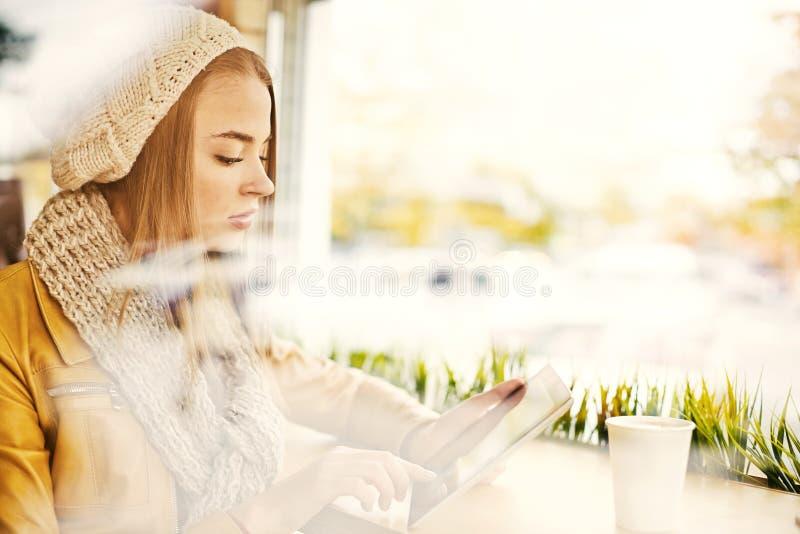 Молодая женщина ждать в кофейне стоковое фото rf