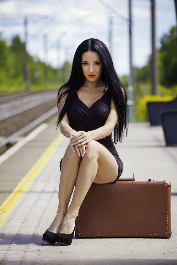 Молодая женщина ждет поезд стоковое фото