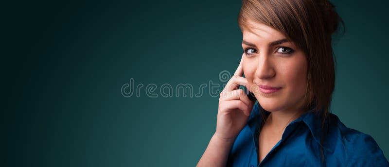 Молодая женщина звоня телефонный звонок с космосом экземпляра стоковые фотографии rf