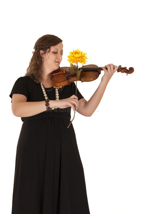 Молодая женщина играя ее скрипку с цветком как ее смычок стоковые изображения rf