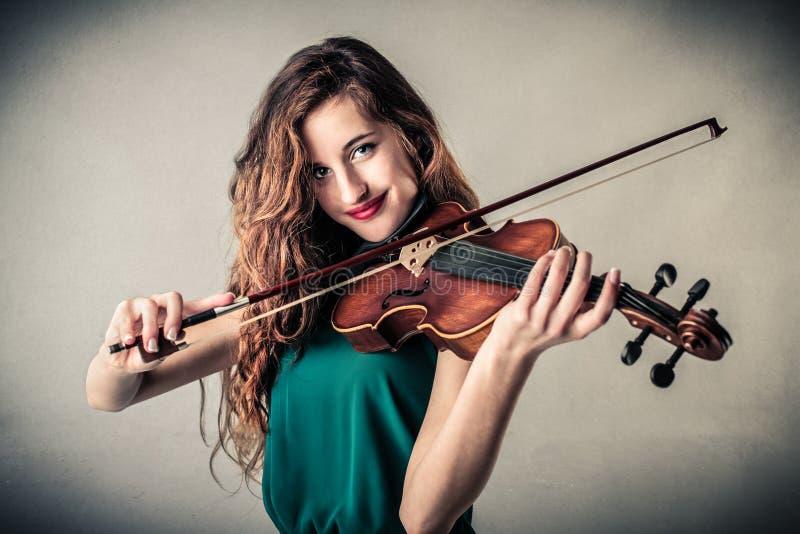 Молодая женщина играя скрипку стоковые фотографии rf