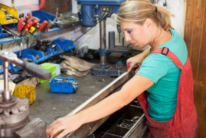 Молодая женщина измеряя с лентой стоковое изображение