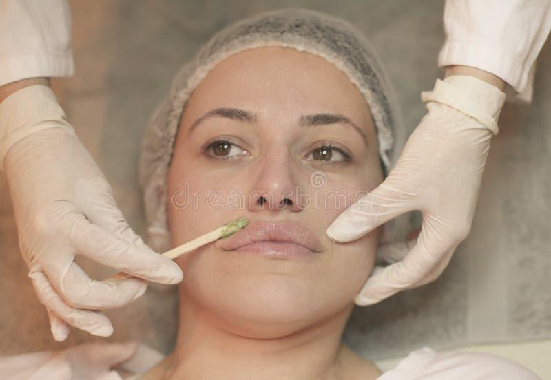 Молодая женщина имея лицевой щиток гермошлема стоковое изображение