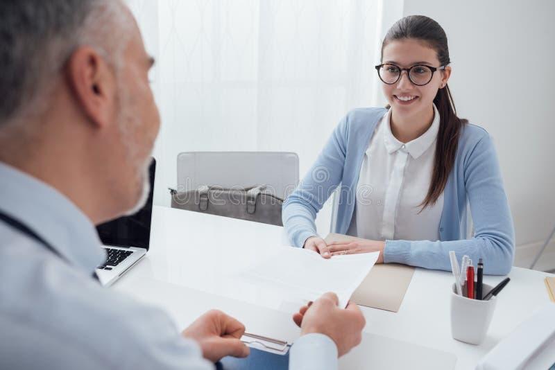 Молодая женщина имея собеседование для приема на работу стоковая фотография
