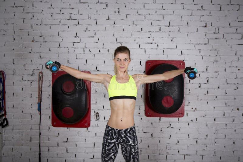 Молодая женщина идет внутри для спорт на спортзале стоковое фото rf