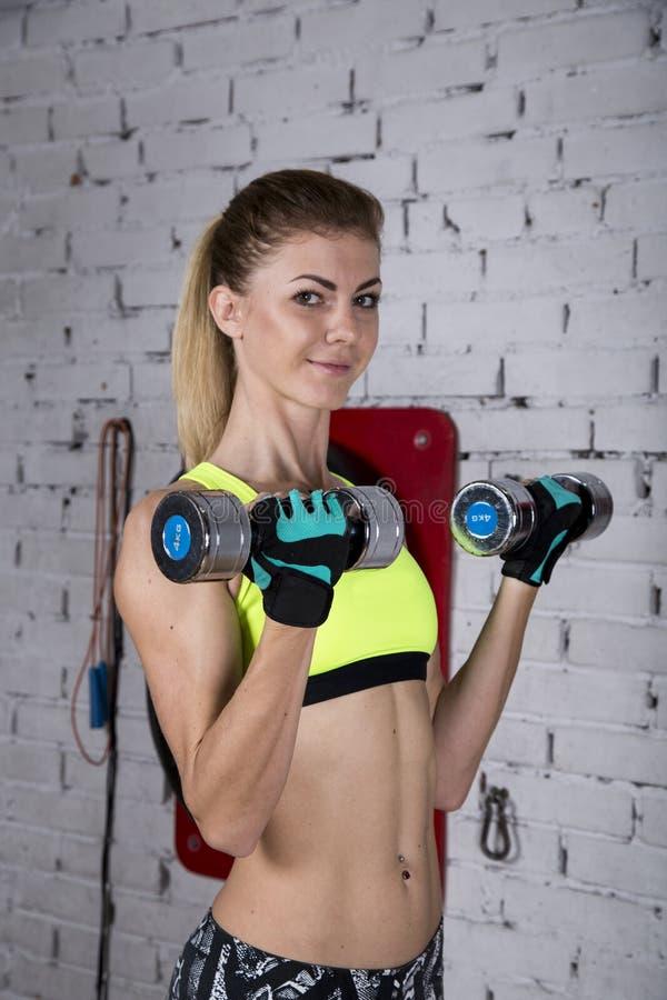 Молодая женщина идет внутри для спорт на спортзале стоковое фото