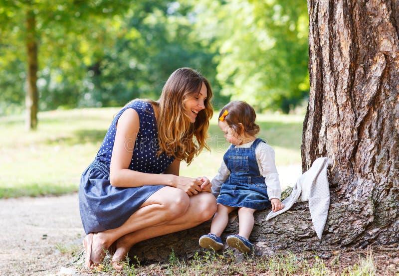 Download Молодая женщина и маленькая девочка одного года идя до лето P Стоковое Фото - изображение насчитывающей счастье, повелительница: 37925502