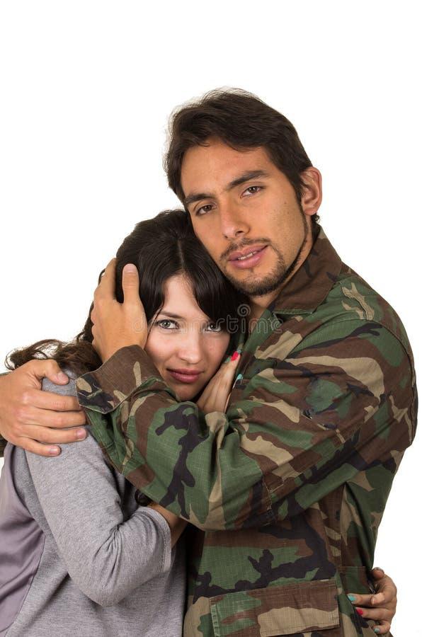 Молодая женщина и солдат в военной форме говорят стоковые фотографии rf