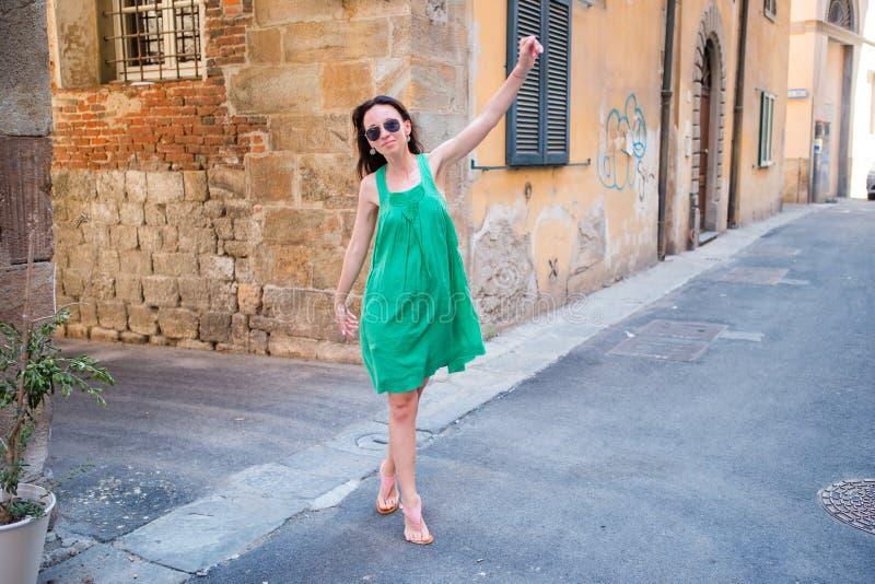 Молодая женщина идя вдоль старых улиц Европы стоковая фотография