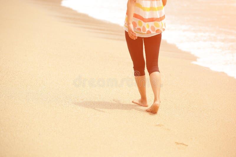 Download Молодая женщина идя на взморье Стоковое Фото - изображение насчитывающей пригодность, красивейшее: 37929240