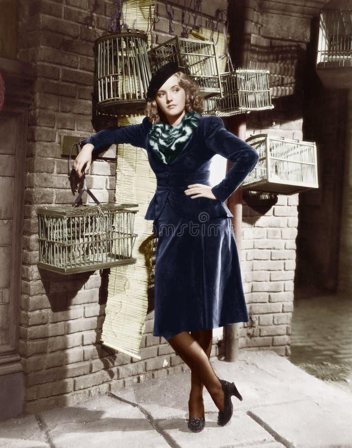 Молодая женщина и birdcages (все показанные люди более длинные живущие и никакое имущество не существует Гарантии поставщика что  стоковое фото