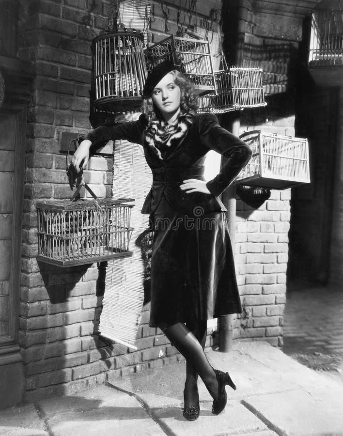 Молодая женщина и birdcages (все показанные люди более длинные живущие и никакое имущество не существует Гарантии поставщика что  стоковое фото rf