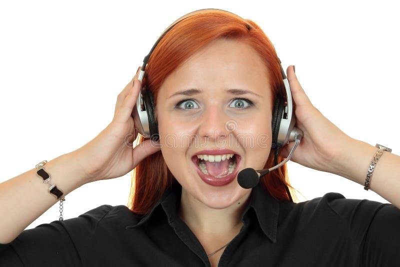 Молодая женщина консультанта секретарши центра телефонного обслуживания кричащая на телефоне стоковые фотографии rf