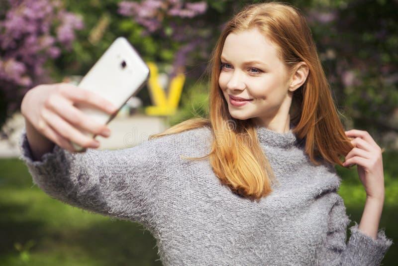 Молодая женщина красивого красного имбиря волос тонкая с свежей кожей в ca стоковые изображения rf