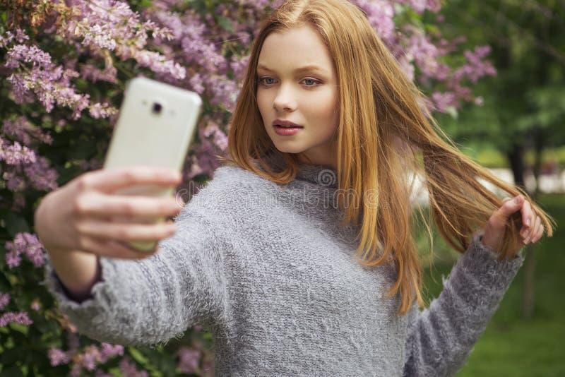 Молодая женщина красивого красного имбиря волос тонкая с свежей кожей в ca стоковые изображения