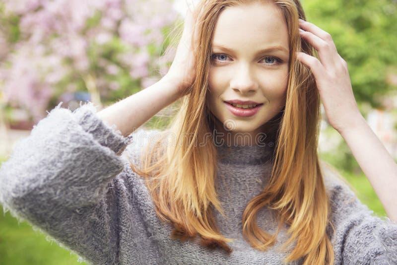 Молодая женщина красивого красного имбиря волос тонкая с свежей кожей в ca стоковые фото