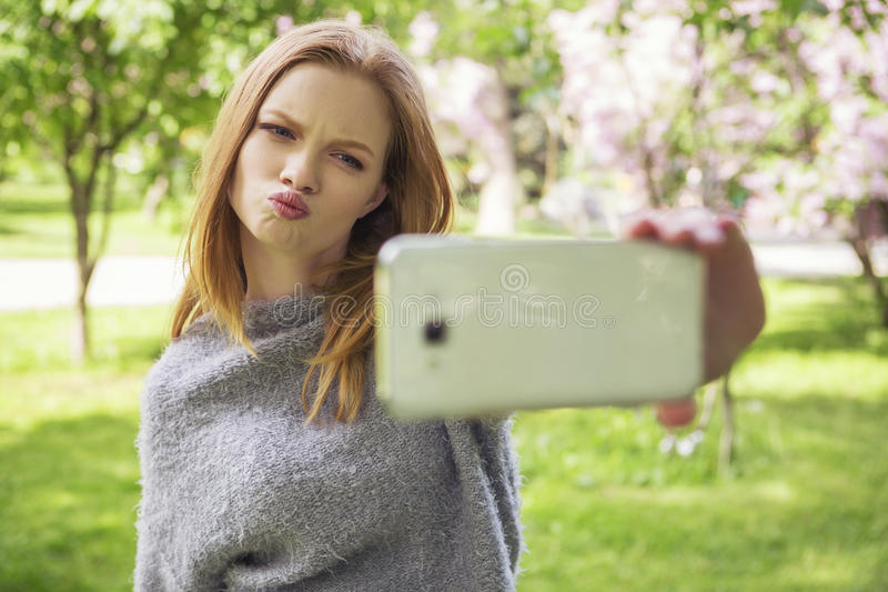Молодая женщина красивого красного имбиря волос тонкая с свежей кожей в ca стоковая фотография