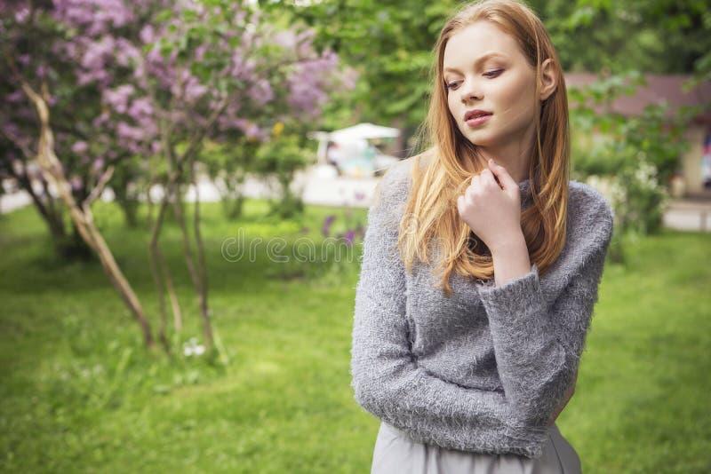 Молодая женщина красивого красного имбиря волос тонкая с свежей кожей в ca стоковое фото