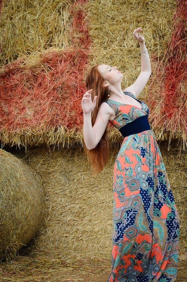 Молодая женщина красных волос свободная с веснушкой стоковое фото
